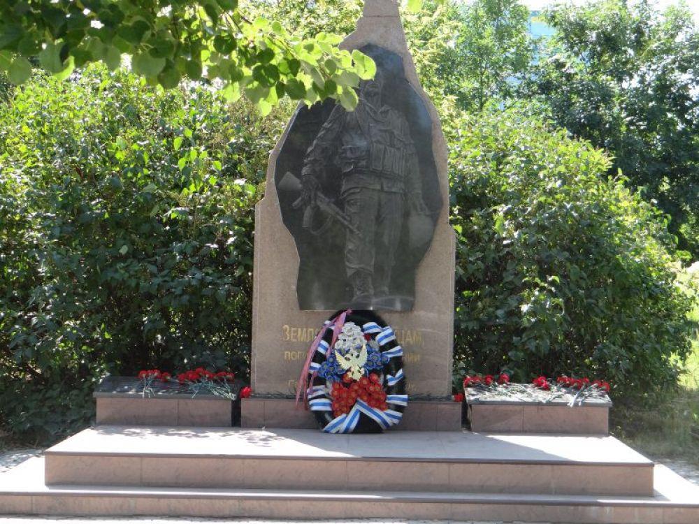 Началось все с возложения цветов к мемориальным плитам в честь павших воинов-десантников