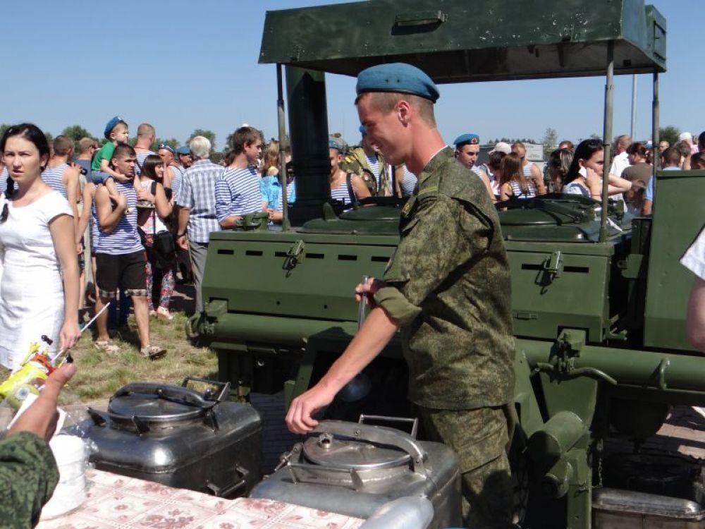 Пообедать можно было на полевой кухне: попробовать солдатскую кашу!