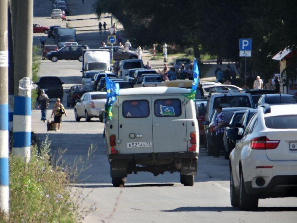 По городу уже ездили машины с флагами и возгласами «Слава ВДВ»