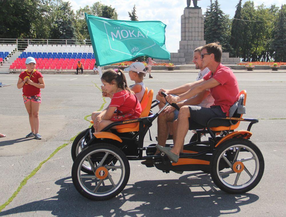 А на площади Ленина начались народные катания.