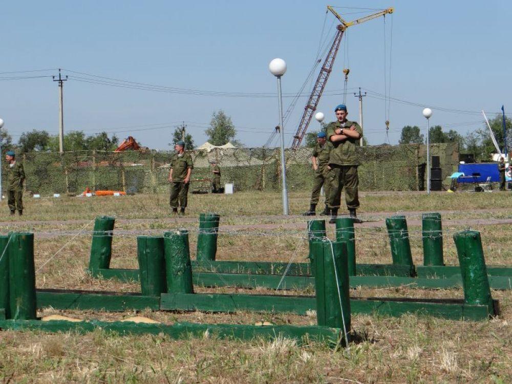Для гостей открыли площадку с показательными выступлениями по рукопашному бою военнослужащих разведывательного батальона