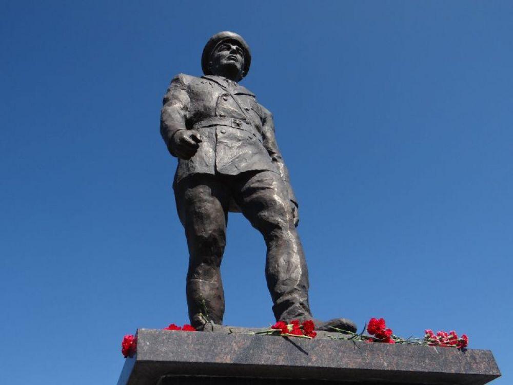 Несли цветы к памятнику основателю Воздушно-Десантных Войск