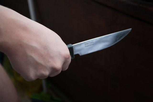 Сын с ножом пошёл на мать.