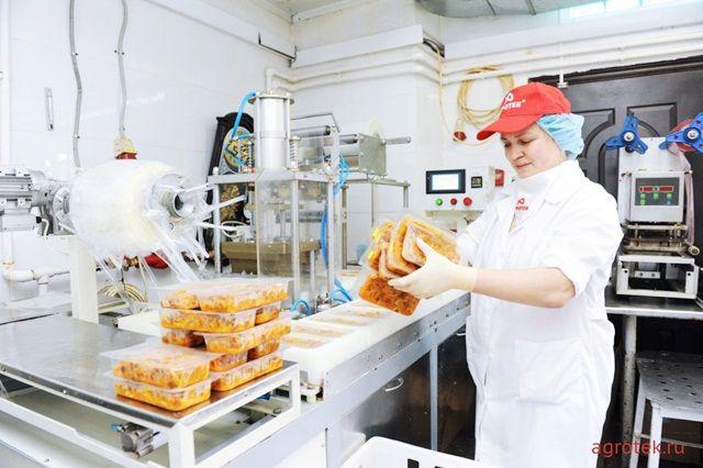 Мясо и колбасные изделия продают селянам по себестоимости.