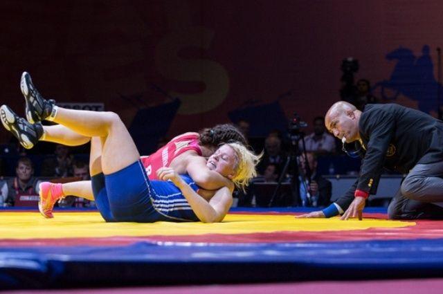 Соревнования по женской борьбе.
