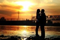 Вид на главный новосибирский мост сквозь силуэты влюблённых.