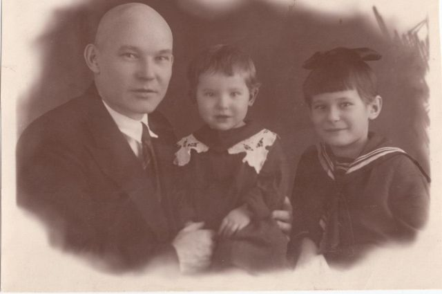 Наталья Подгорбунская - в центре, а рядом сестра Сталина и папа Михаил Алексеевич.