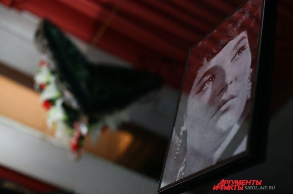 На стенах филармонии развесили портреты Ольги Воронец.