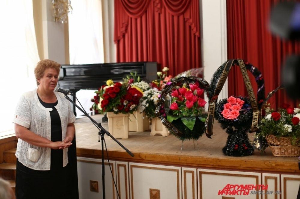 Заместитель губернатора Смоленской области Ольга Окунева на гражданской панихиде.