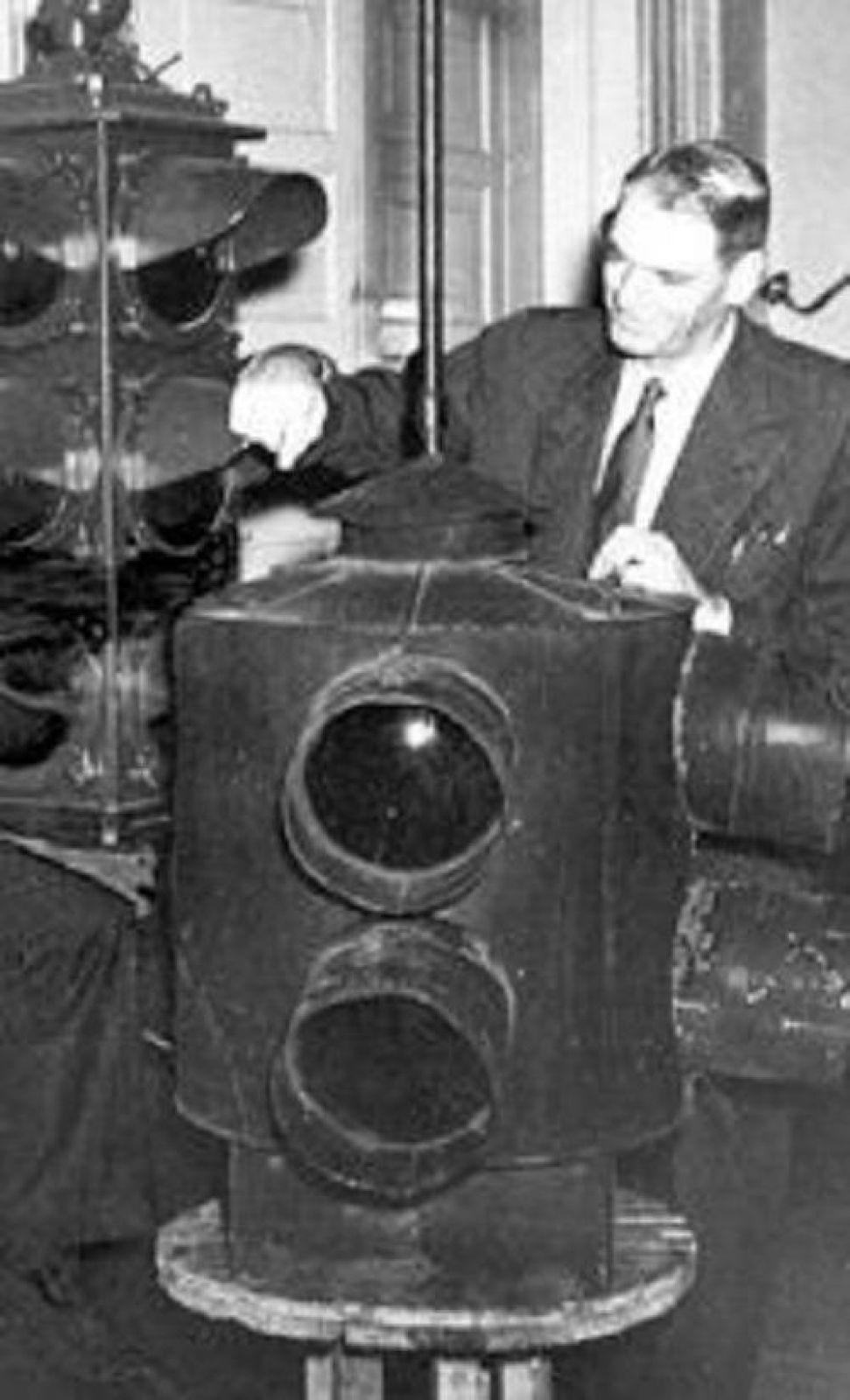 В 1912 году житель из Солт-Лейк-Сити Лестер Вайр создал первый в мире электрический светофор, с двумя круглыми сигнальными фонарями красного и зеленого цвета