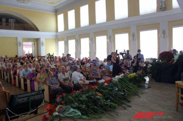 Зал филармонии не смог вместить всех желающих проститься с певицей.