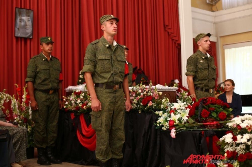 Почетный караул из военных.