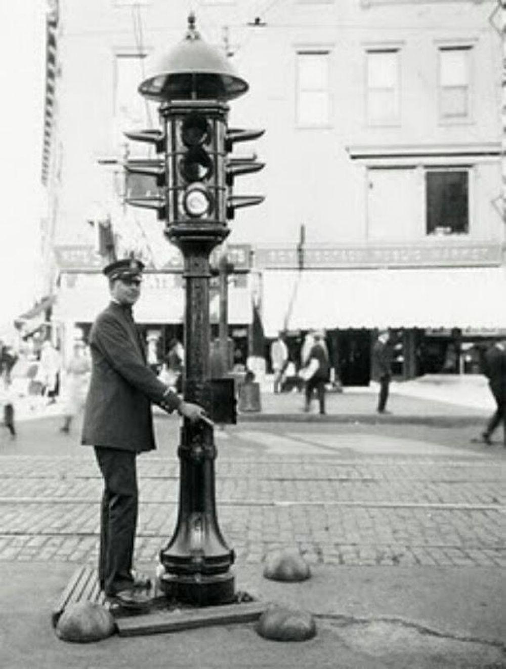Первым придумал установить светофор на перекрестке для регулировки уличного движения лондонец Джон Пик Найт