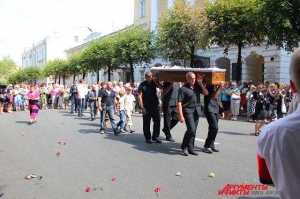 После панихиды процессия отправилась на Тихвинское кладбище Смоленска.