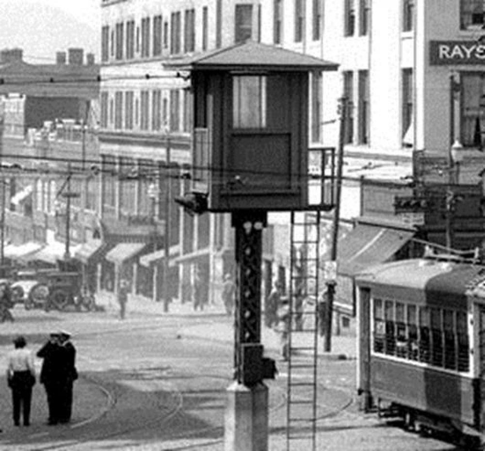 Первый сконструированный светофор был установлен в британской столице 10 декабря 1868 года возле здания Парламента