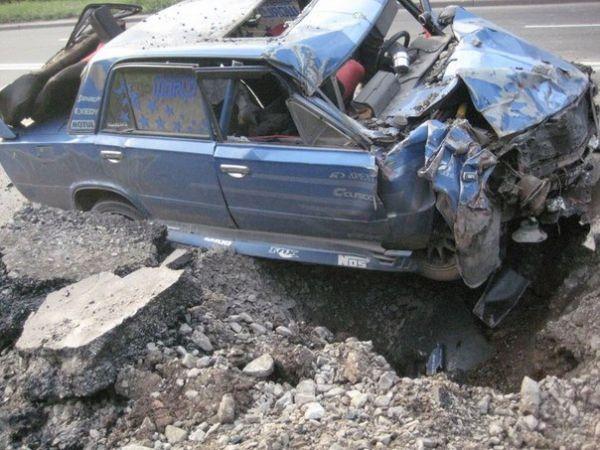 Автомобиль ВАЗ после падения минометного снаряда