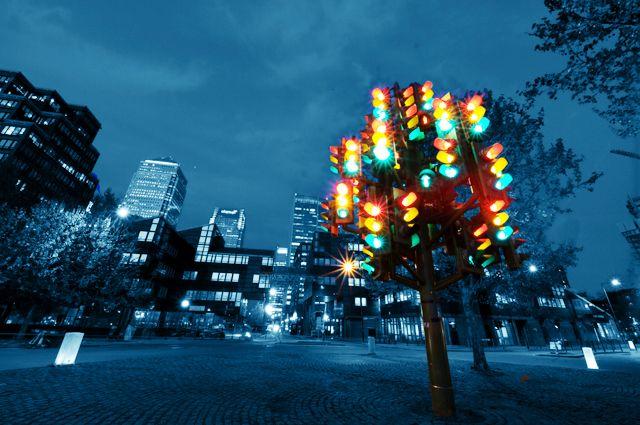 Дерево-светофор. Скульптура Пьера Виванта в Лондоне.
