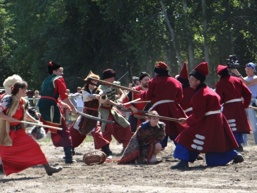 На открытии представили фрагмент реконструкции битвы