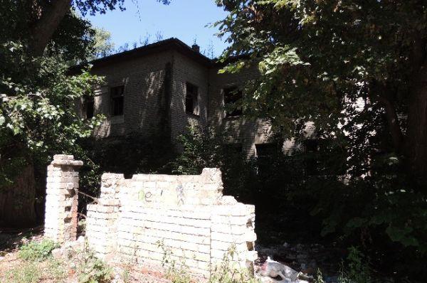 Бывший детский сад №41 на Машмете. В прошлом году мэрия заключила договор по разработке проектно-сметной документации. Так что дом должен ожить – это вопрос времени и денег