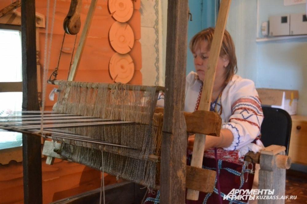Этому ткацкому станку 100 лет, а он всё ещё исправен.