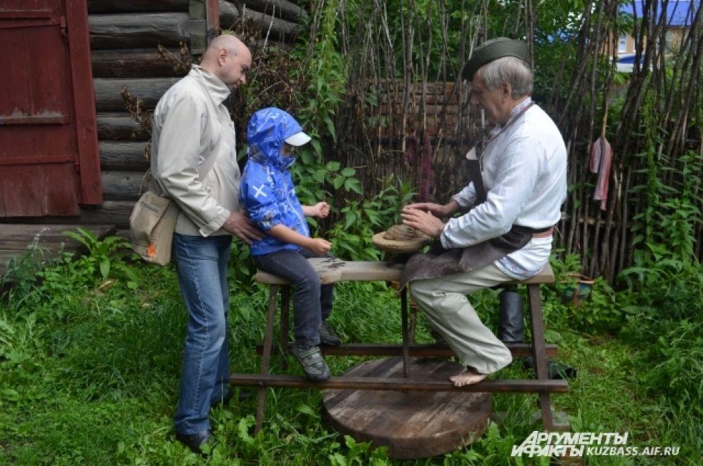 Здесь же экскурсовод расскажет и о крестьянских ремёслах, которые помогали выжить в стародавние времена без холодильников и микроволновок.