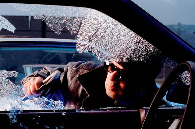 Чтобы украсть из авто, злоумышленники чаще всего разбивают окно.