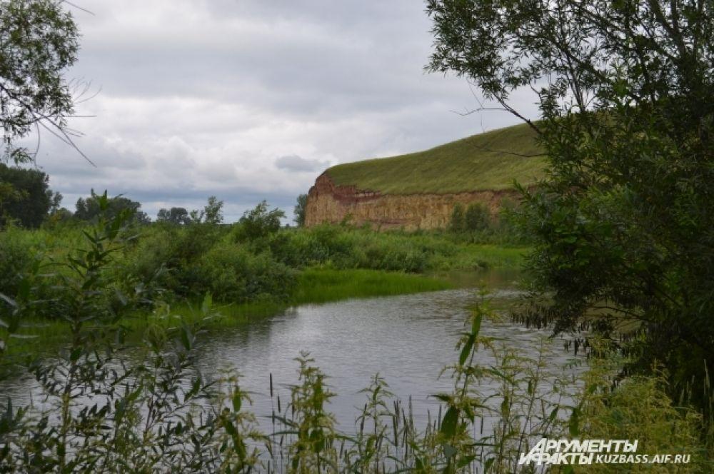 Когда-то яр был берегом большой реки. Здесь два месяца подряд шёл дождь, а в остальное время стояла жара под 45°С.