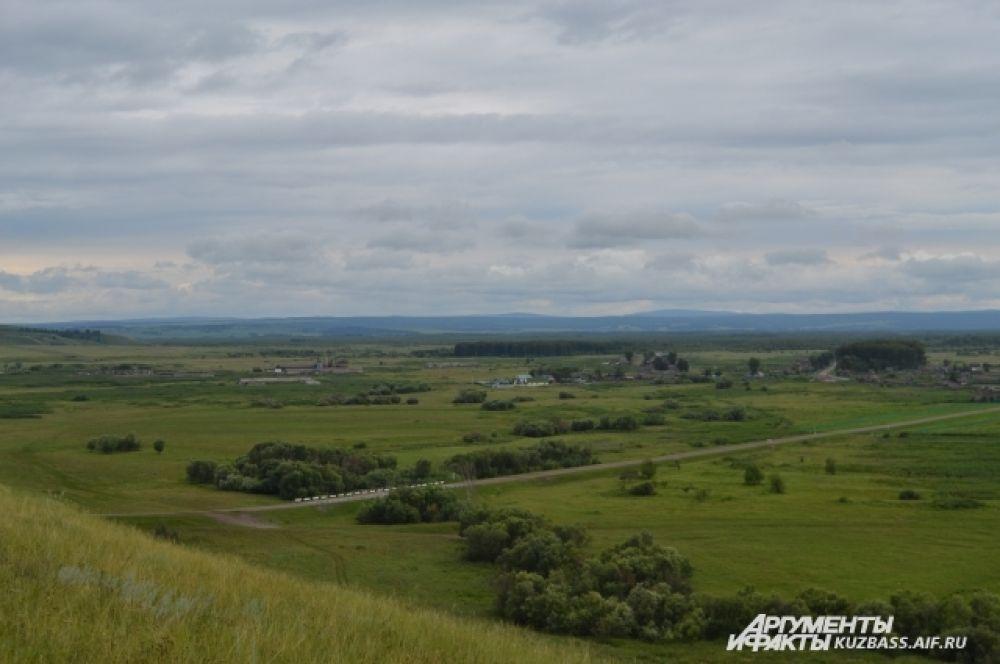 Зато со смотровой площадки можно оценить просторы родной страны и увидеть даже отроги пёстрых гор – Кузнецкого Алатау – в 35-40 км.