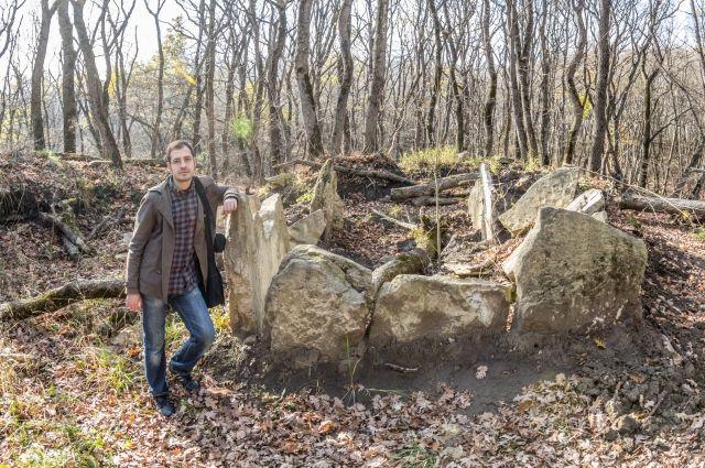 Роман возле одной из древних гробниц на Татарском городище.