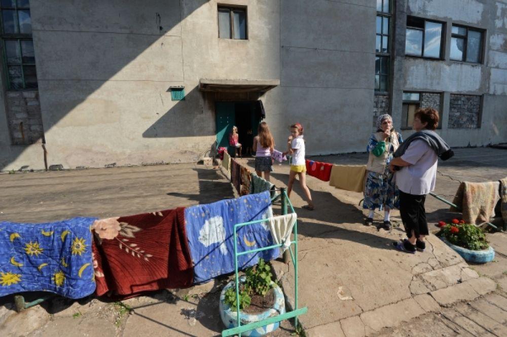 Люди сушат на солнце матрацы, пропитавшиеся влагой в бомбоубежище.