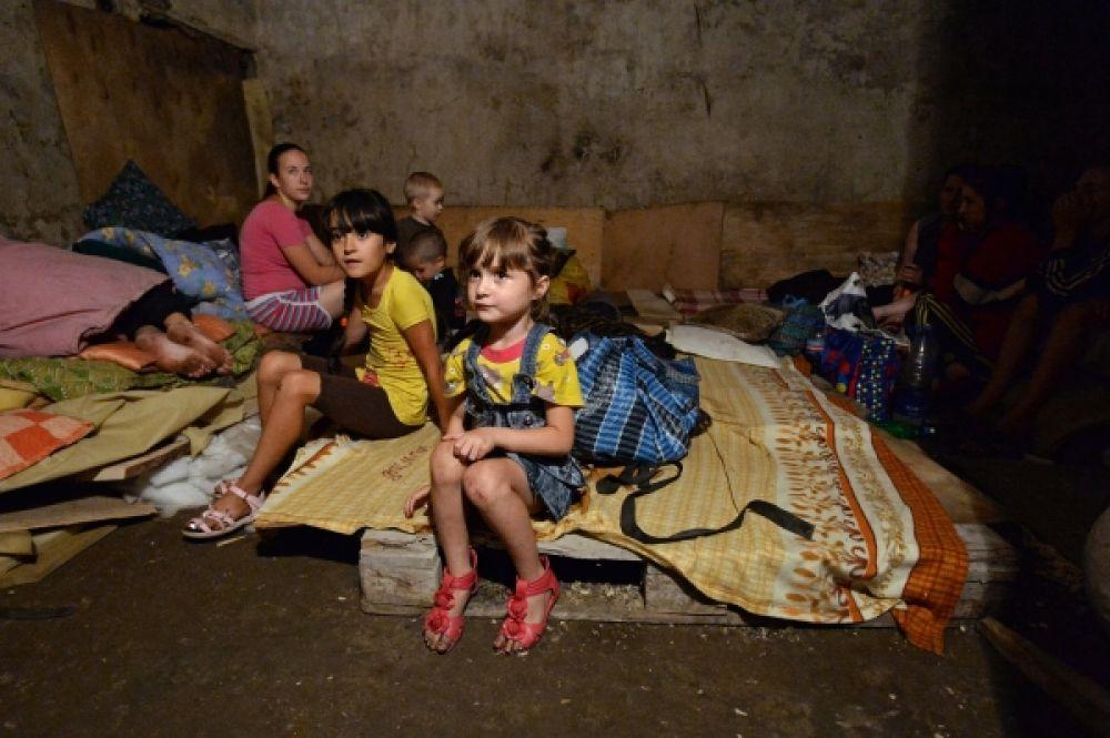 Дети в бомбоубежище Горловки.