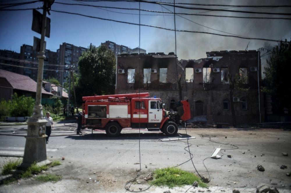 Разрушенное в ходе попадания боевого снаряда здание в Луганске.