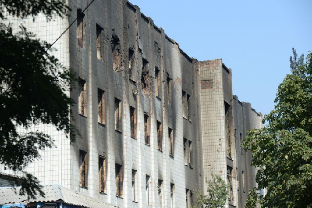 Обстрелянное здание в городе Шахтерск Донецкой области.