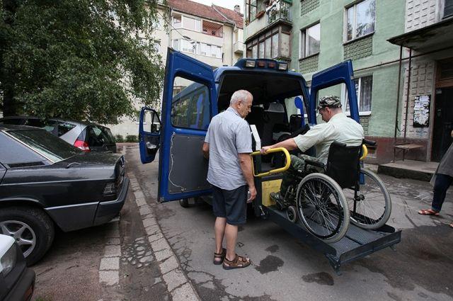 Первый пассажир социального такси Андрей Мелеш отправляется на побережье.