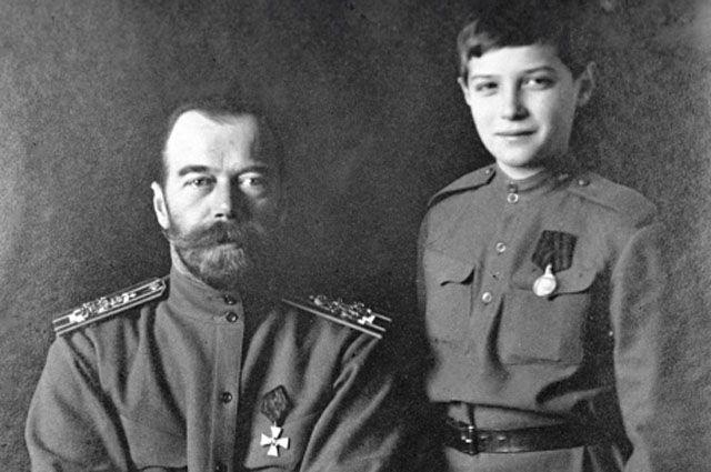 Российский император Николай II (слева) с сыном Алексеем (справа). 1915.