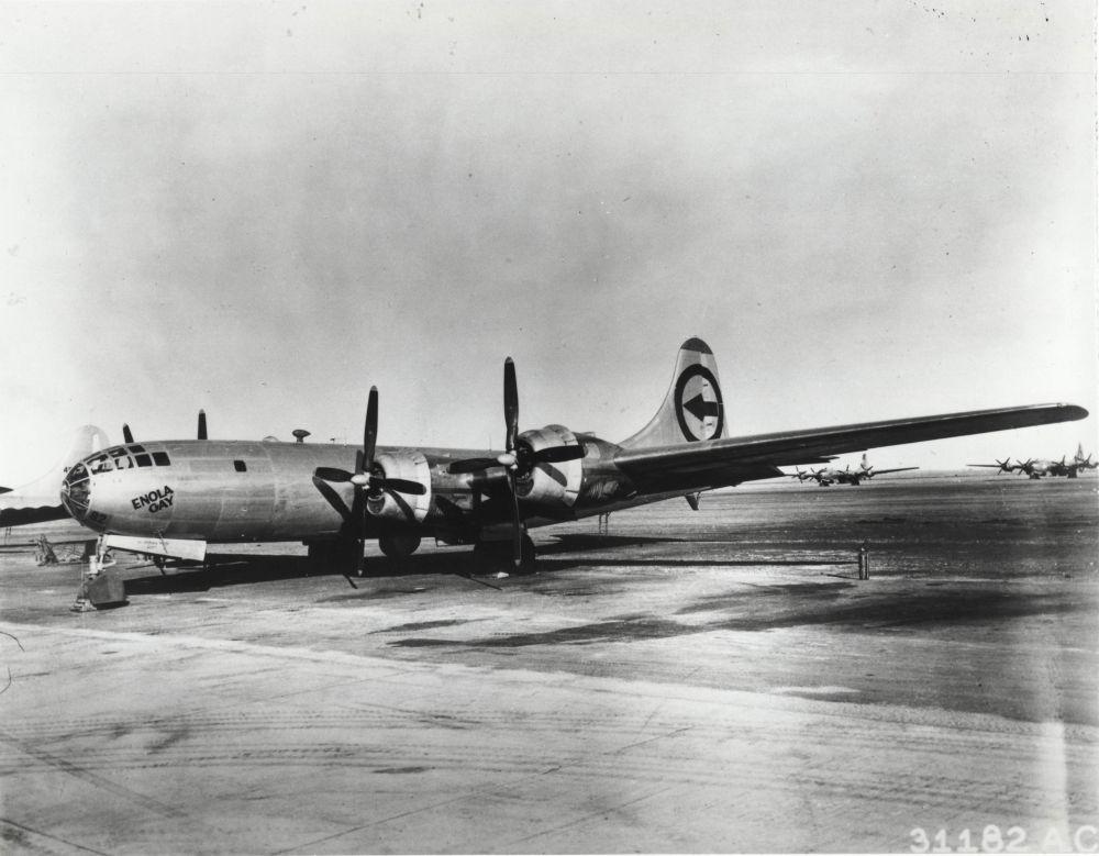Бомбардировщик  B-29 «Enola Gay», находясь на высоте 9 км, сбросил атомную бомбу в центр Хиросимы 6 августа 1945 года в 8.15 утра. Это был первый раз в истории человечества, когда  ядерное оружие было применено во время боевых действий против мирных граждан.