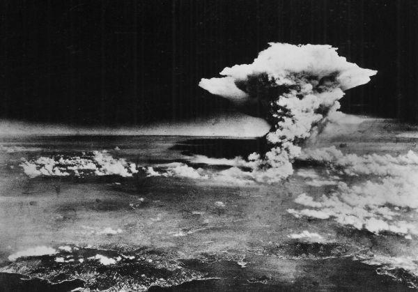Взрыв произошел через 45 секунд после сброса, на расстоянии 600 метров над землей. Бомба Little Boy («Малыш») эквивалентом от 13 до 18 килотонн тротила унесла жизни от 90 до 166 тысяч жителей Хиросимы.