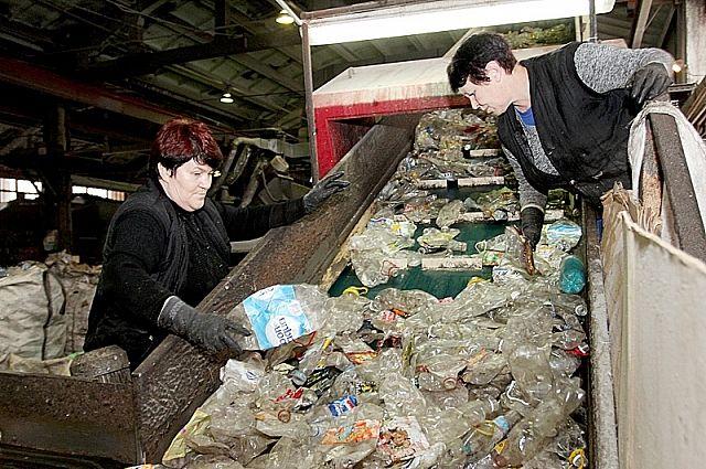 Перед переработкой мусор необходимо рассортировать.
