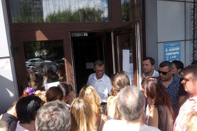 Очередь у входа в офис турфирмы «Лабиринт» в Москве.