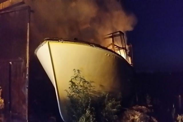 Катер целиком спасти не удалось - от огня он начал плавиться.