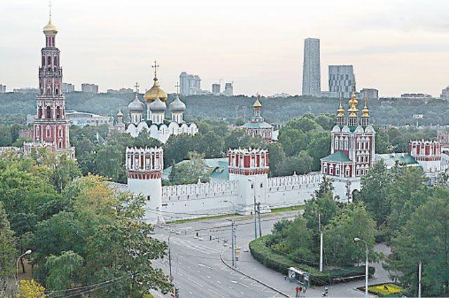 Новодевичий монастырь в былые века был приютом опальных царских жён, а сегодня он любимое место отдыха москвичей.
