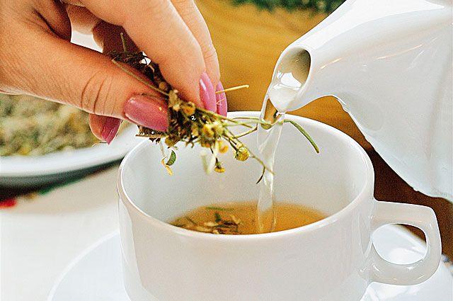 Липовый цвет заваривают в чай. А пчёлы приносят с липы самый полезный мёд.
