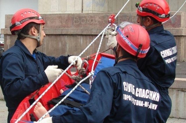 Спасатели сняли озерчанина, висящего вниз головой,  с 2-х метрового забора