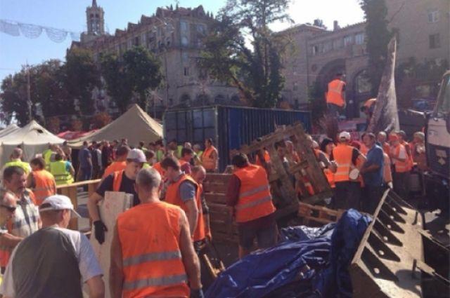 Коммунальщики убирают баррикады с Крещатика