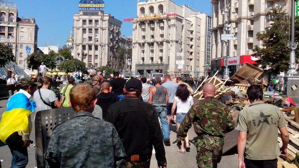 На Майдане Незалежности разожгли шины, прозвучали выстрелы и взрывы
