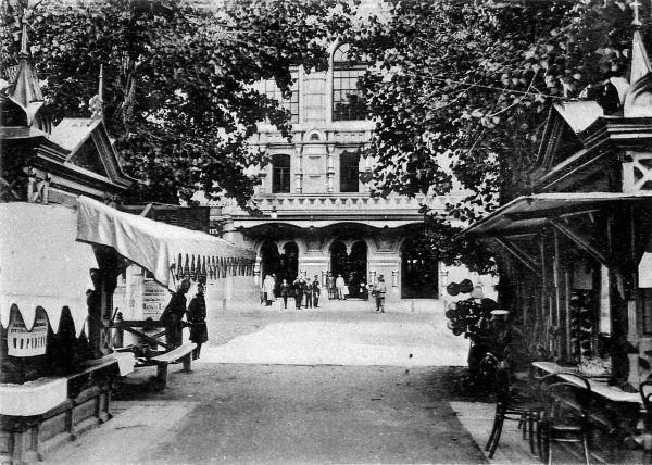 Вид на Главный ярмарочный дом и торговые ряды.
