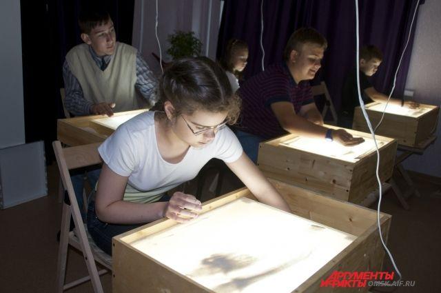 Студия рисования песком помогает детям отвлечься.