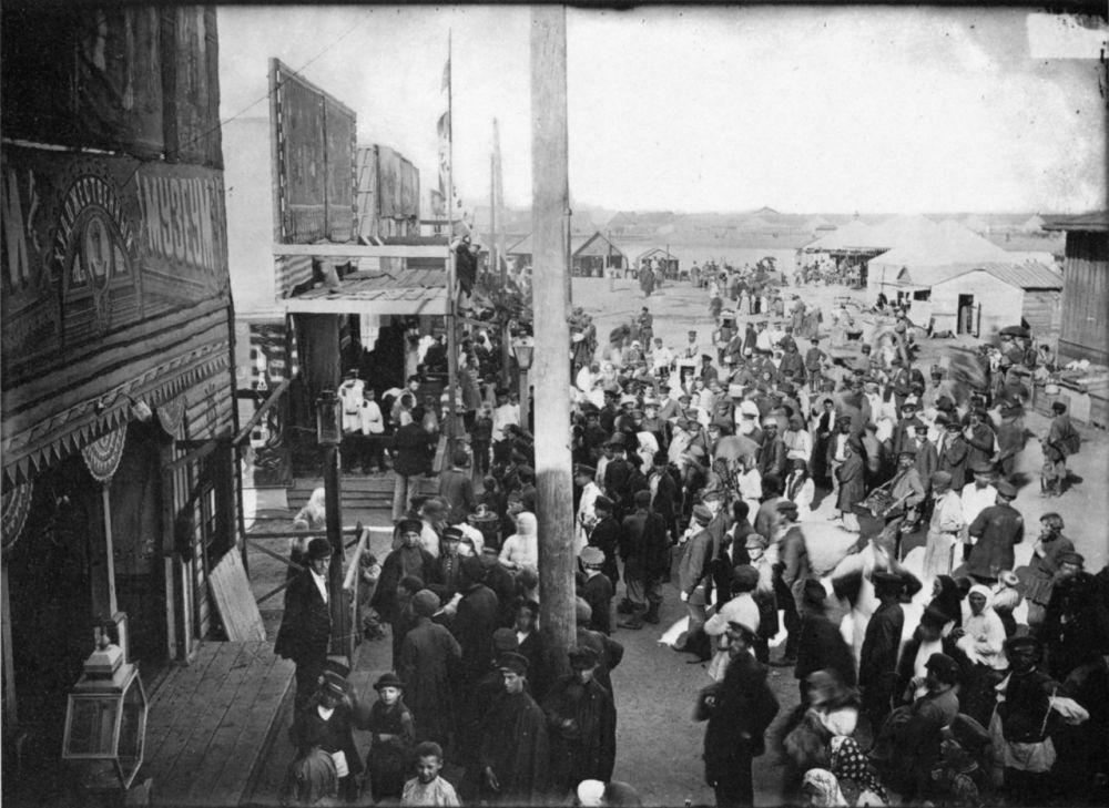 Общий вид на Самокатской площади на ярмарке.