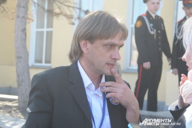 Учитель истории и обществознания Александр Иванов.