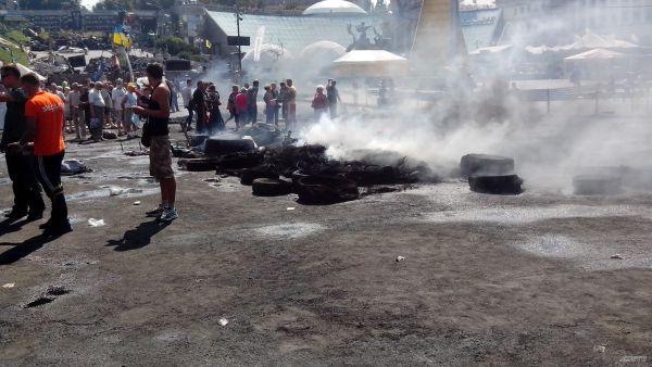 Жители палаточного городка и киевляне обсуждают судьбу Майдана